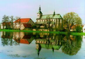 Kliknij, aby powiększyć opis: Klasztor a obecnie kościół pw. Wniebowzięcia NMP w Jemielnicy rozmiar: 1,58 KB pobrań: 11344 data: 2005-06-17 14:36:47