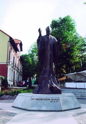 Kliknij, aby powiększyć opis: Pomnik Jana Pawła II na Górze Św. Anny rozmiar: 2,66 KB pobrań: 10793 data: 2005-06-15 09:02:21